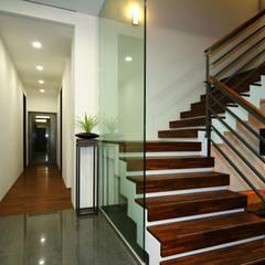 Escaleras de estilo  por 黃耀德建築師事務所  Adermark Design Studio