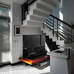建築設計 鳳凰居 WW House:  樓梯 by 黃耀德建築師事務所  Adermark Design Studio