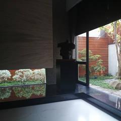 Ventanas de estilo  por 黃耀德建築師事務所  Adermark Design Studio