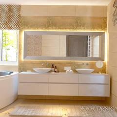 Интерьер ванной комнаты с окном: Ванные комнаты в . Автор – студия Design3F