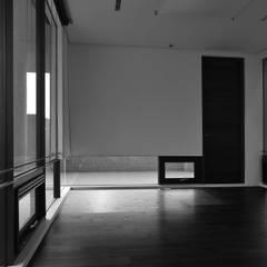 懸牆:  窗戶 by 黃耀德建築師事務所  Adermark Design Studio