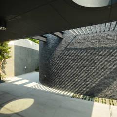 Garage/shed by 黃耀德建築師事務所  Adermark Design Studio