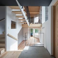 Four Decks: 富谷洋介建築設計が手掛けた廊下 & 玄関です。