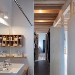 Four Decks: 富谷洋介建築設計が手掛けた浴室です。