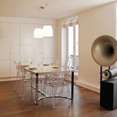 Place de Clichy: Salle à manger de style  par Atelier Sylvie Cahen