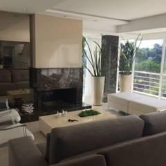 Sala da lareira: Salas de estar  por Form Arquitetura e Design