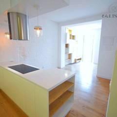 Apartamento T2 Lisboa - Penha França: Armários de cozinha  por EU LISBOA