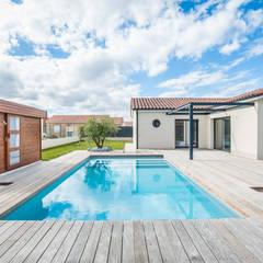 Terrasse de piscine: Terrasse de style  par Menuiserie Mostini