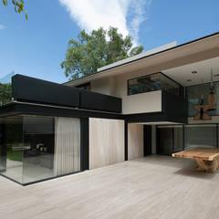Fachada exterior: Casas unifamiliares de estilo  por Paola Calzada Arquitectos