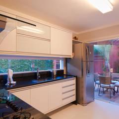 Armarios de cocinas de estilo  por Bernal Projetos - Arquitetos em Salvador