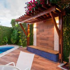Projeto de reforma integra estar e cozinha com a área externa: Piscinas de jardim  por Bernal Projetos - Arquitetos em Salvador