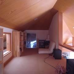 ロフト: 麻生英之建築設計事務所が手掛けた書斎です。