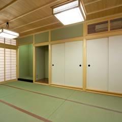 バリアフリーの床暖房がある平屋建て高齢者住宅: 中浦建築事務所が手掛けた和のアイテムです。