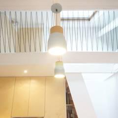 Studio Montmartre: Salon de style de style Scandinave par C'Design architectes d'intérieur