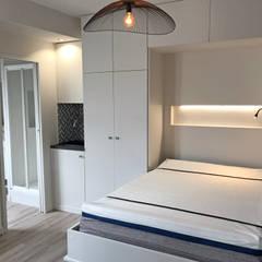 Studio Paris 7e: Chambre de style  par C'Design architectes d'intérieur