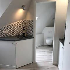 Studio Paris 7e: Cuisine intégrée de style  par C'Design architectes d'intérieur