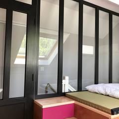 Réalisation d'une chambre enfant et d'une salle de bain: Chambre fille de style  par C'Design architectes d'intérieur