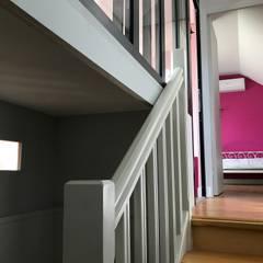 Réalisation d'une chambre enfant et d'une salle de bain: Escalier de style  par C'Design architectes d'intérieur