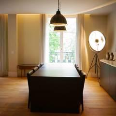 Rénovation d'un appartement à Paris 16e: Salle à manger de style de style eclectique par C'Design architectes d'intérieur