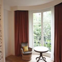 Rénovation d'un appartement à Paris 16e: Chambre de style de style eclectique par C'Design architectes d'intérieur