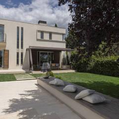Scorcio del fronte esposto a sud: Casa unifamiliare in stile  di GIAN MARCO CANNAVICCI ARCHITETTO