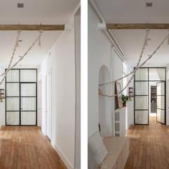 Couloir et verrière: Couloir et hall d'entrée de style  par SOHA CONCEPTION