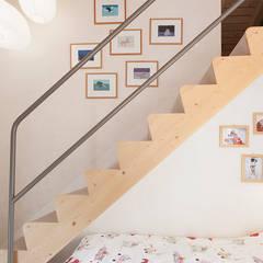 CAMERA FIGLI: Camera da letto in stile  di Studio Architettura Macchi