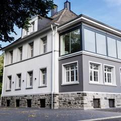 Straßenansicht bei Tag:  Bürogebäude von FH-Architektur
