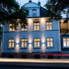 Straßenansicht bei Nacht:  Bürogebäude von FH-Architektur