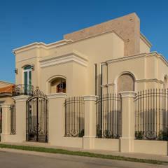 Casas unifamiliares de estilo  por Orlando Quiñones