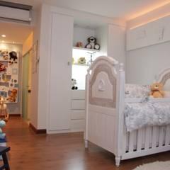 Dormitorios de bebé de estilo  por ANDREA PINTO DE ALMEIDA ARQUITETURA E CONSTRUÇÃO