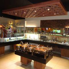 Restaurante: Espaços gastronômicos  por ANDREA PINTO DE ALMEIDA ARQUITETURA E CONSTRUÇÃO