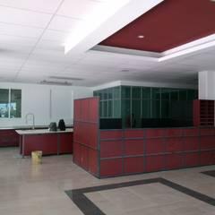 EDIFICIO LABORATORIOS: Edificios de Oficinas de estilo  por TECTUM Diseño & Construccion