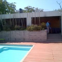 CASA TRONCOSO: Piscinas de jardín de estilo  por AOG