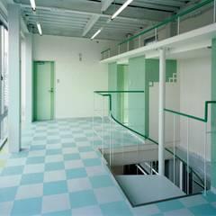 家族の気配を感じ取りながら、日々の暮らしが楽しむ鉄骨構造の狭小住宅: 中浦建築事務所が手掛けた子供部屋です。