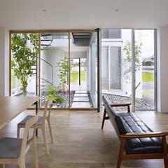 松前の家: 小松隼人建築設計事務所が手掛けたリビングです。