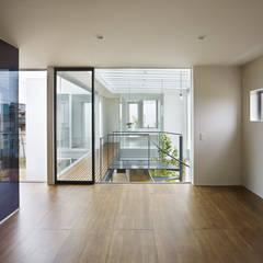 松前の家: 小松隼人建築設計事務所が手掛けた寝室です。