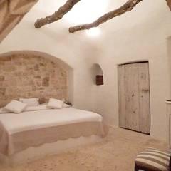 CASA BT: Camera da letto in stile  di Lula Ferrari Architetto