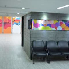 Waiting area:  Hospitals by DESIGN SYNTHESIS ARCHITECTS