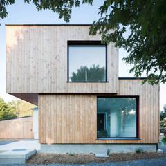 Façade EST: Maison individuelle de style  par DESarchitecture