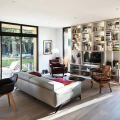 Maison D: Salon de style de style Moderne par DESarchitecture