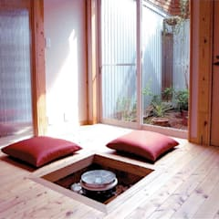 公園緑地に面した中庭のある自然素材住宅:ウッドデッキと連なる天井の高いリビング: 中浦建築事務所が手掛けた寝室です。