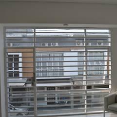 Rumah Karang Tengah:  Jendela by Dekapolis Design