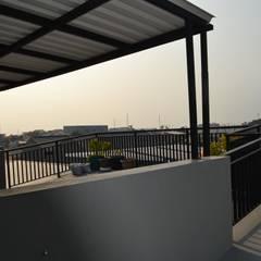 Rumah Karang Tengah:  Teras by Dekapolis Design