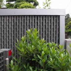 ひばりが丘、ギャラリーを意識した住まい、杉板化粧型枠コンクリート打ち放し外壁: JWA,Jun Watanabe & Associatesが手掛けた庭です。,モダン