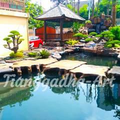Пруд в саду в . Автор – Tukang Taman Surabaya - Tianggadha-art