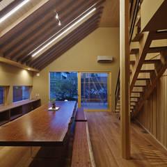 名古屋市A邸: 空間工房 用舎行蔵 一級建築士事務所が手掛けたリビングです。