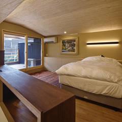名古屋市A邸: 空間工房 用舎行蔵 一級建築士事務所が手掛けた寝室です。