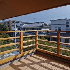 名古屋市A邸: 空間工房 用舎行蔵 一級建築士事務所が手掛けたベランダです。