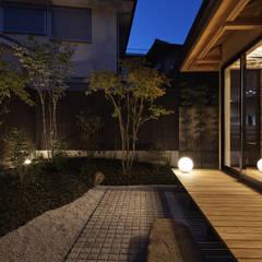 Jardines de piedra de estilo  por 空間工房 用舎行蔵 一級建築士事務所